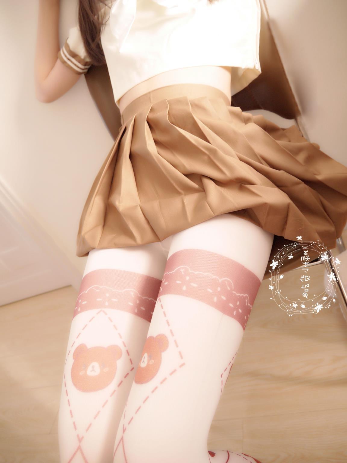 萝莉网红 吃货小绿 白丝短裙镂空学生装 无圣光写真套图